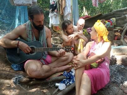У лесных жителей Нина-маты и троих ее детей; как родить в джунглях?